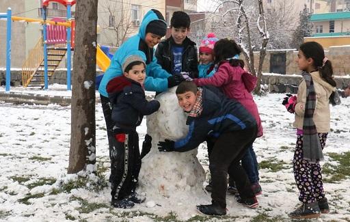 Akçakale'de çocukların kar keyfi