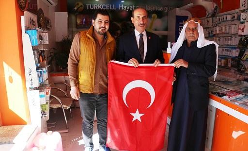 Akçakale'de esnafa Türk Bayrağı dağıtıldı