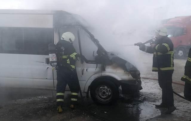 Alev alan minibüs söndürüldü