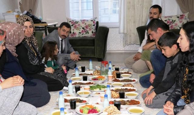 Başkan Baydilli vatandaşın iftar sofrasında
