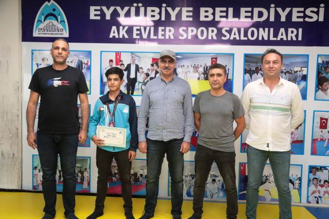 Başkan Kuş, şampiyon sporcuyu ödüllendirdi.