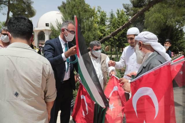 Başkan Kuş, vatandaşlara Türk ve Filistin bayrağı dağıttı.