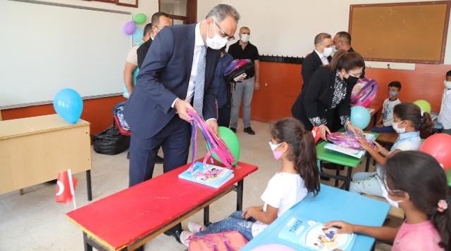 Başkan Kuş'tan öğrencilere eğitim ve kırtasiye malzemesi desteği.