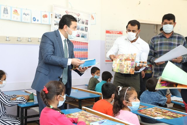 Başkan Özyavuz'dan Miniklere İlk Gün Hediyesi