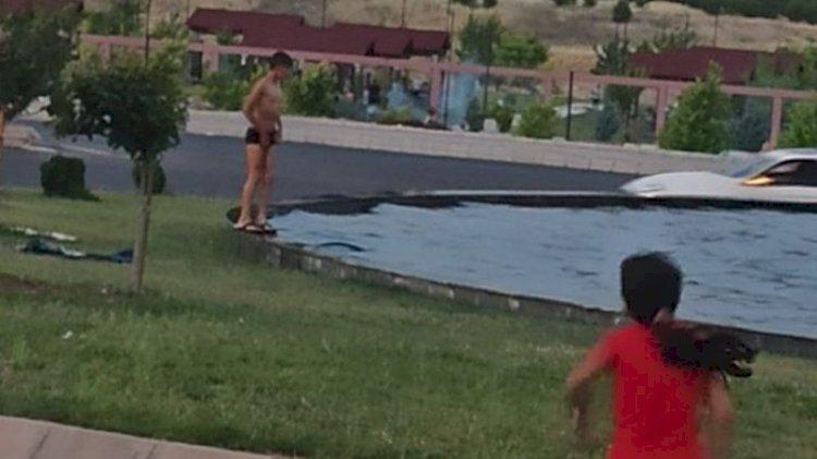 Çocuklar 40 derecelik sıcaktan kurtulmak için havuza girdiler