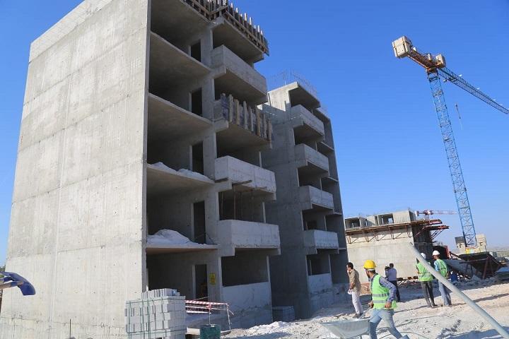 Eyyübiye'de kentsel dönüşüm alanında binalar yükseliyor.