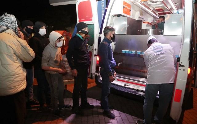Eyyübiye'de Mobil Araç İle Çorba Dağıtımını Sürüyor