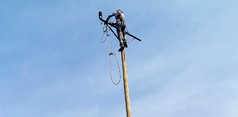 Fırtınanın yıktığı elektrik şebekesi onarıldı
