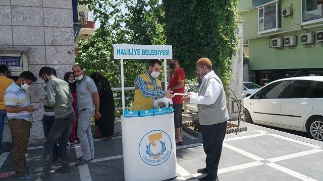 Haliliye'de maske dağıtımı devam ediyor