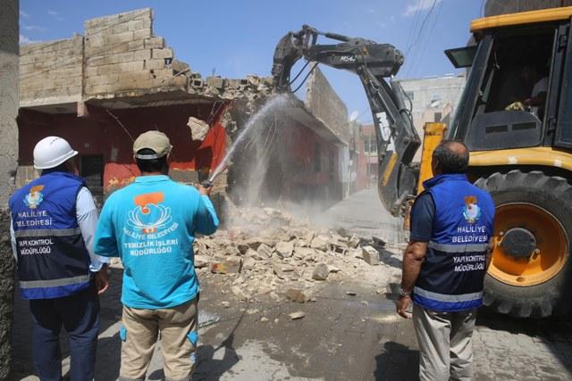 Haliliye'de riskli ve metruk yapıların yıkımı gerçekleştiriliyor