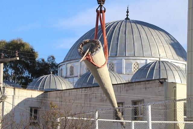 Karaköprü'de deprem sonrası hasar gören cami minaresi yıkıldı