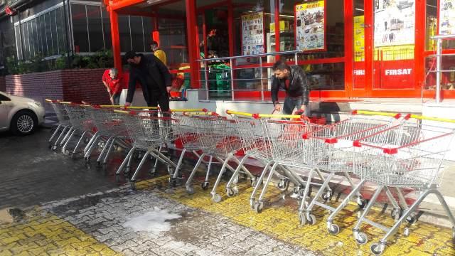 Marketlerde sokağa çıkma yasağı nedeniyle temizlik seferberliği