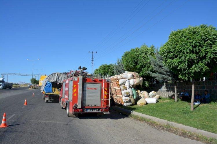 Saman yüklü kamyonet şarampole devrildi