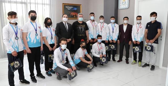 Şampiyonlardan Başkan Canpolat'a Ziyaret