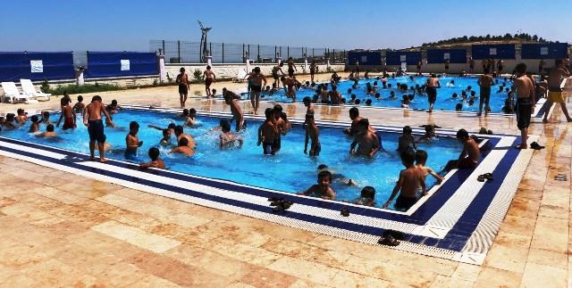 Vatandaşlar yüzme havuzlarına akın etti
