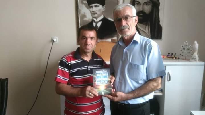 Yazar Öztürk, Kitabını Rıza Tanrıverdi'ye Takdim Etti