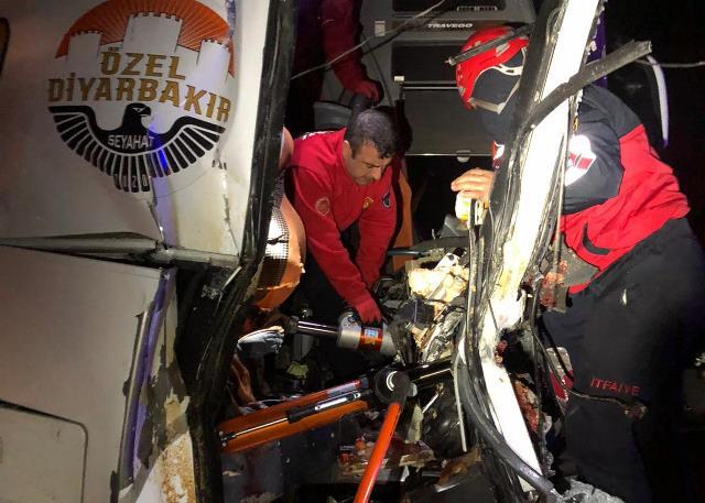 Yolcu Otobüsü ile Tır çarpıştı 3 ölü, 40 yaralı