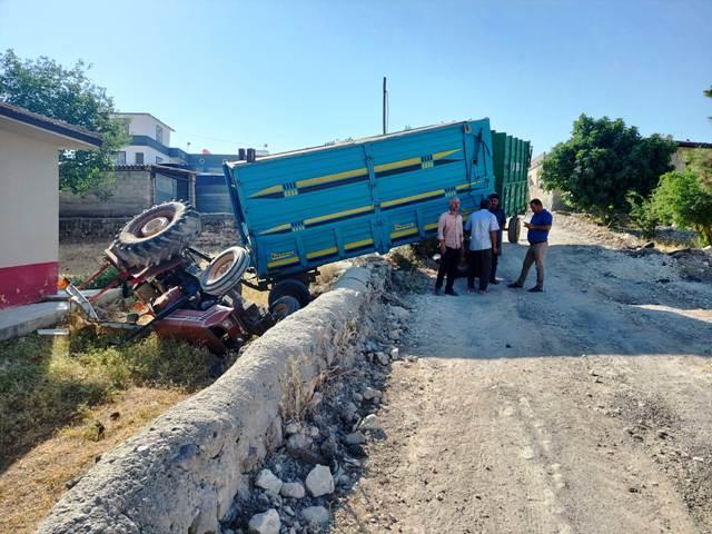 Kontrolden çıkan traktör okul bahçesine devrildi