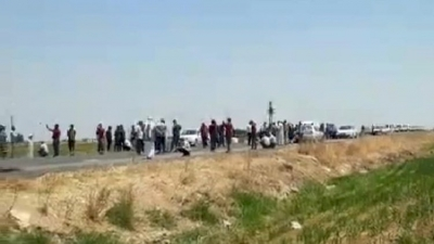 Çiftçiler Dedaş'a karşı lastik yakarak yol kapattı!