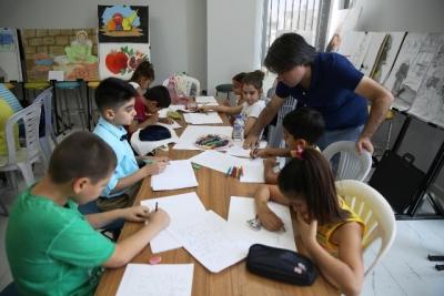 Çocuklar resim yapmayı öğreniyor