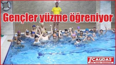 Gençler ücretsiz yüzme öğreniyor