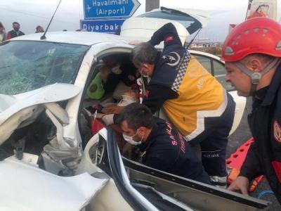 Kaza sonucu otomobilde sıkışan 2 bayan itfaiye ekiplerince kurtarıldı