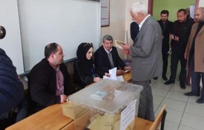 Sabahattin Cevheri oy kullanma işlemini gerçekleştirdi